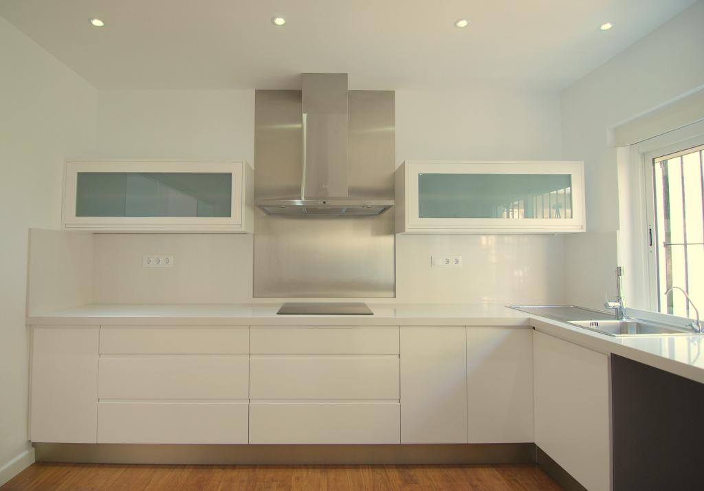 Cocina abierta e2interiorismo - Cocinas lacadas en blanco ...