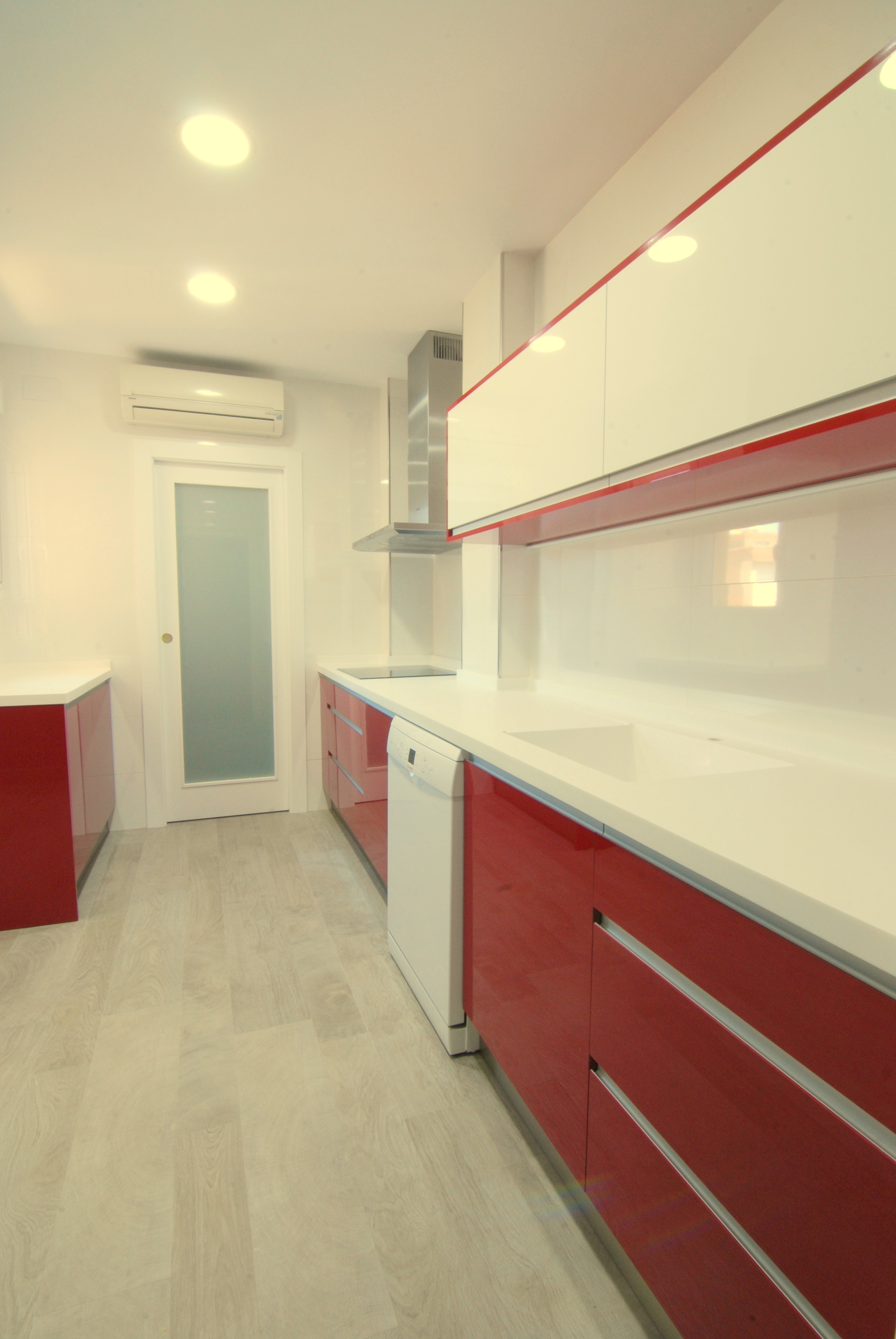 Cocina burdeos y blanca e2interiorismo for Puerta lavadero